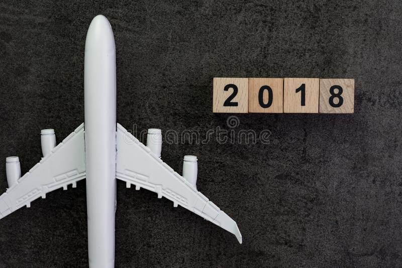 Planeamento do curso do ano 2018 com avião diminuto e o blo de madeira fotografia de stock