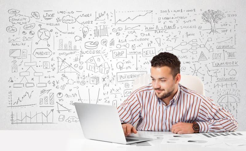 Planeamento do homem de negócios e cálculo com várias ideias do negócio imagens de stock