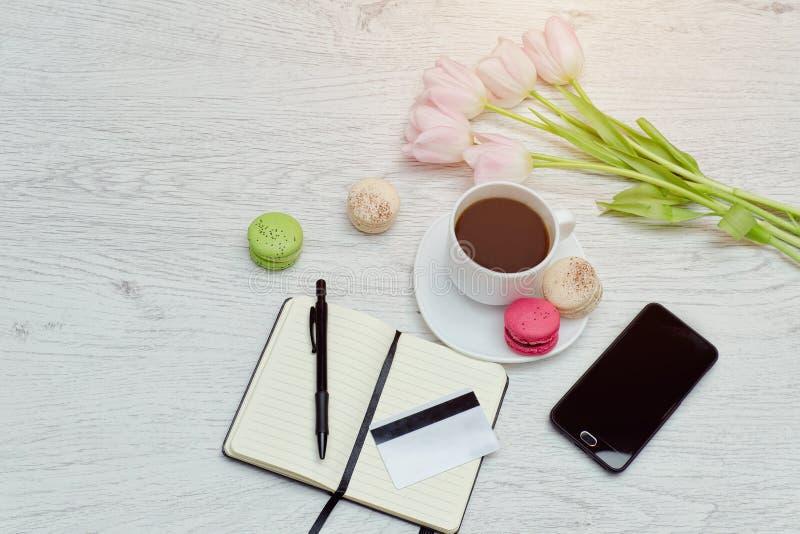 Planeamento dos casos Caneca de café com sobremesa, caderno, pena, cartão de crédito e telefone imagens de stock royalty free