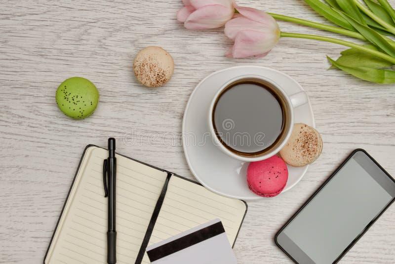 Planeamento dos casos Caneca de café com sobremesa, um bloco de notas, um cartão de crédito e telefone celular foto de stock