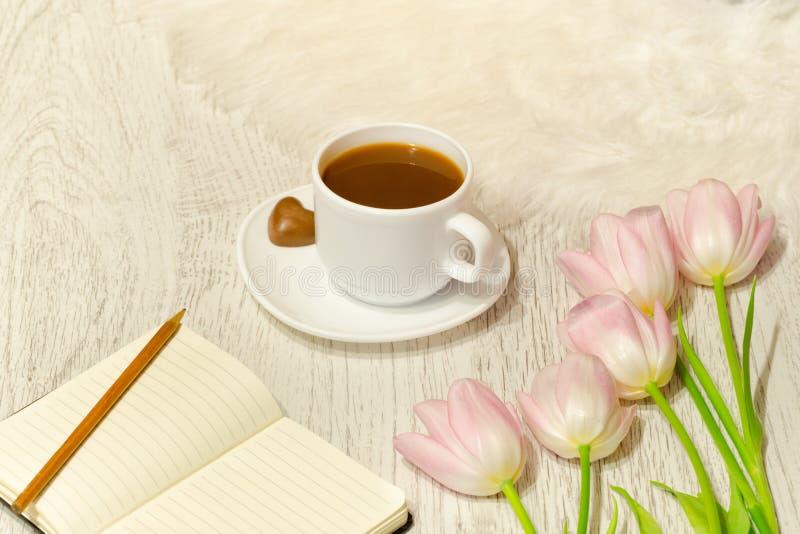Planeamento dos casos Caneca de café e ramalhete das tulipas fotos de stock royalty free