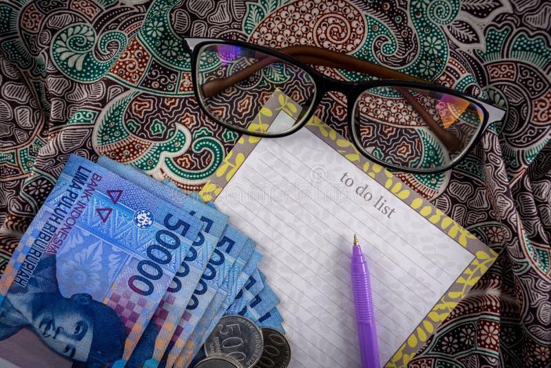 planeamento financeiro com a indonésia currency rupiah imagens de stock