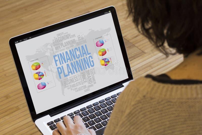 Planeamento financeiro do computador da mulher imagem de stock royalty free