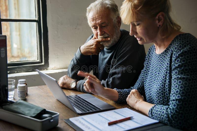Planeamento idoso dos pares no sistema de seguro da vida foto de stock