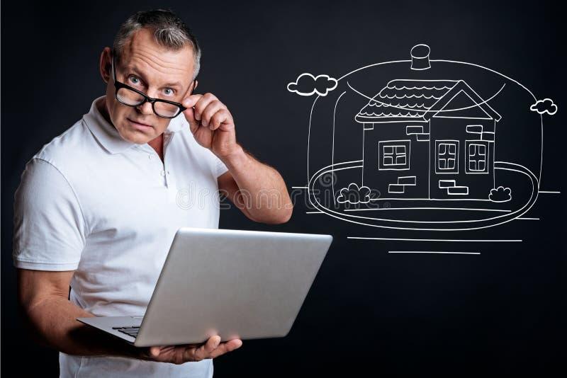 Planeamento sério do homem que compra a casa fotos de stock royalty free