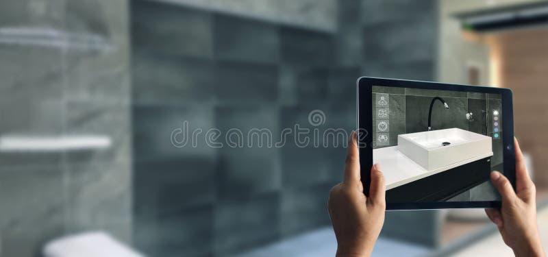 Planeamiento aumentado del cuarto de ba?o de la realidad Mercanc?as sanitarias Mano que sostiene la tableta digital en fondo case fotos de archivo libres de regalías