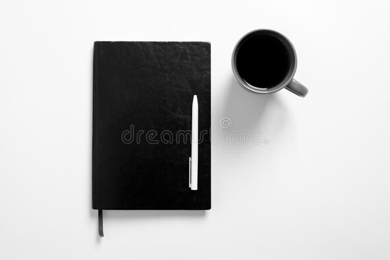 Planeamiento blanco negro oscuro del fondo de la pluma del cuaderno de cuero del café de la taza del fondo del negocio mínimo fotografía de archivo