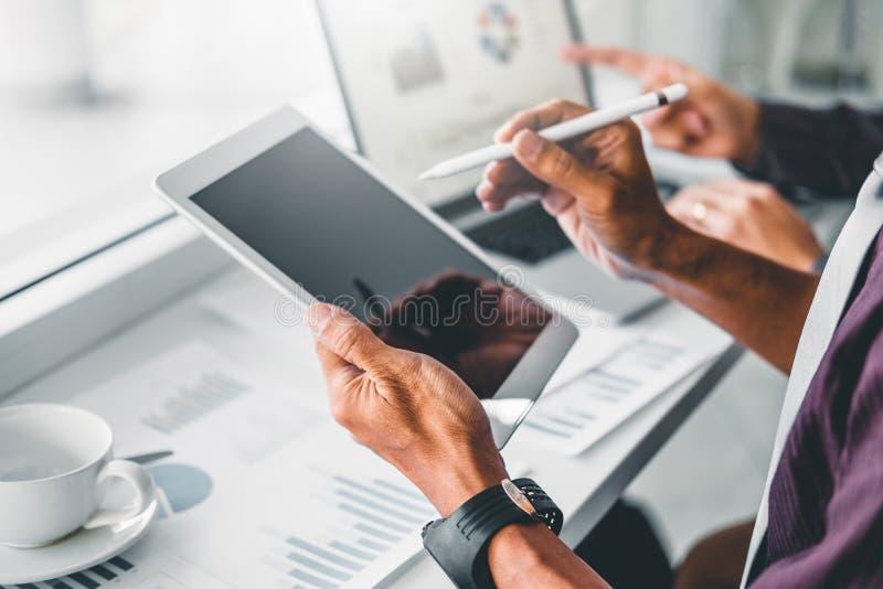 planeamiento de Co-trabajo de la reuni?n de Team Consulting del negocio con la inversi?n digital del an?lisis de la estrategia de imágenes de archivo libres de regalías