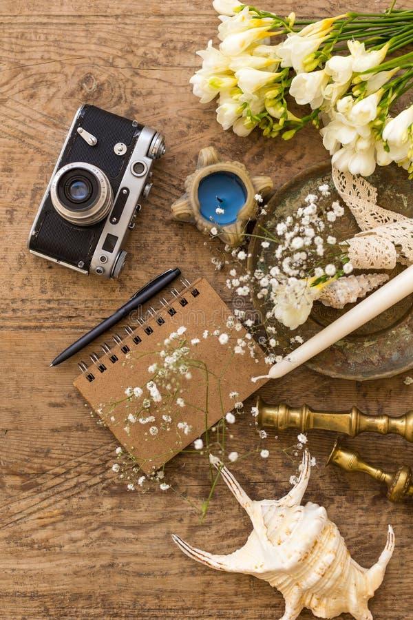 Planeamiento de la boda y concepto rústicos de la fotografía Libreta, conchas marinas y cámara del vintage fotografía de archivo libre de regalías