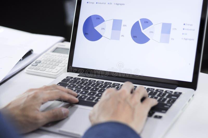 Planeamiento de la contabilidad, gestión de inversiones, encontrando a consultores, estudio de la gestión, presentación de ideas foto de archivo libre de regalías