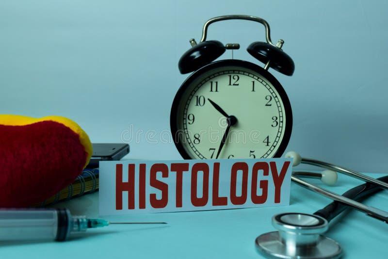 Planeamiento de la histología en el fondo de la tabla de funcionamiento con los materiales de oficina imagen de archivo