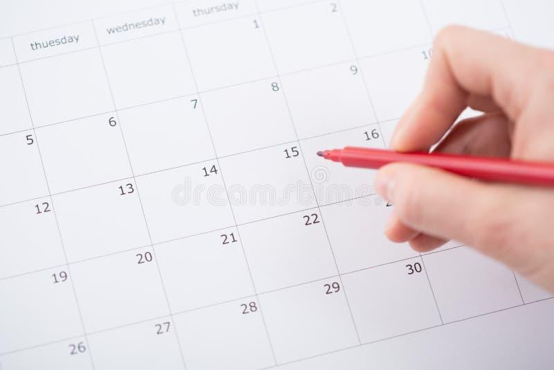 Planeamiento del mes en el calendario fotos de archivo