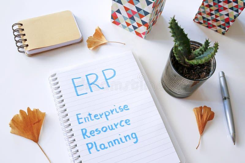 Planeamiento del recurso de la empresa del ERP escrito en cuaderno fotos de archivo