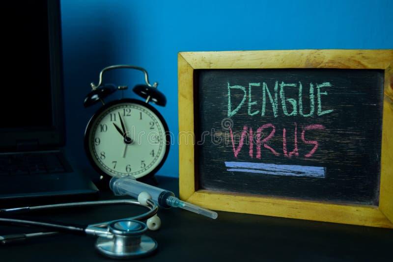 Planeamiento del virus de dengue en el fondo de la tabla de funcionamiento con los materiales de oficina imagenes de archivo