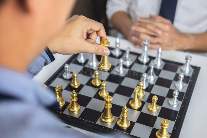 Planeamiento y concepto estratégico, hombre de negocios que juega ajedrez y estrategia de pensamiento sobre desplome para derroca foto de archivo