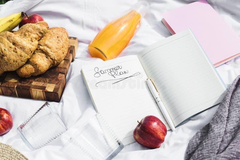 Planee su día de fiesta y negocio para el verano en una comida campestre fotos de archivo libres de regalías