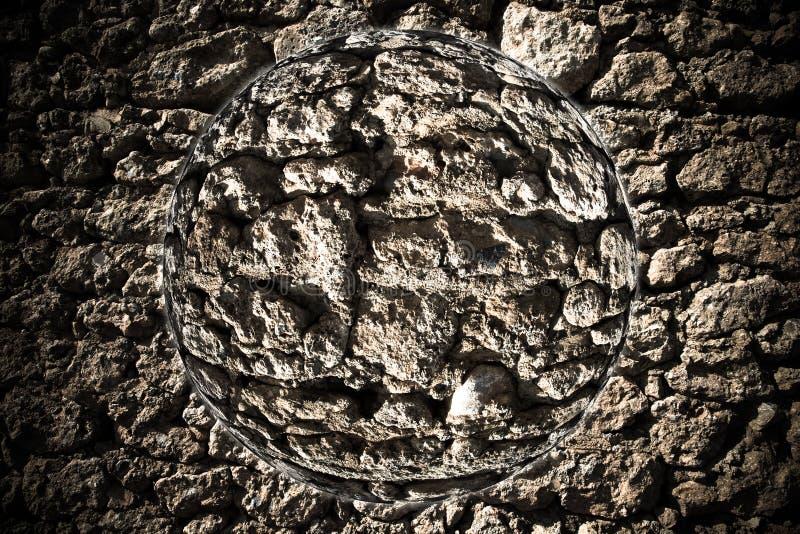 Planeet met fragment van natuursteenmuur collage gestemd stock afbeelding
