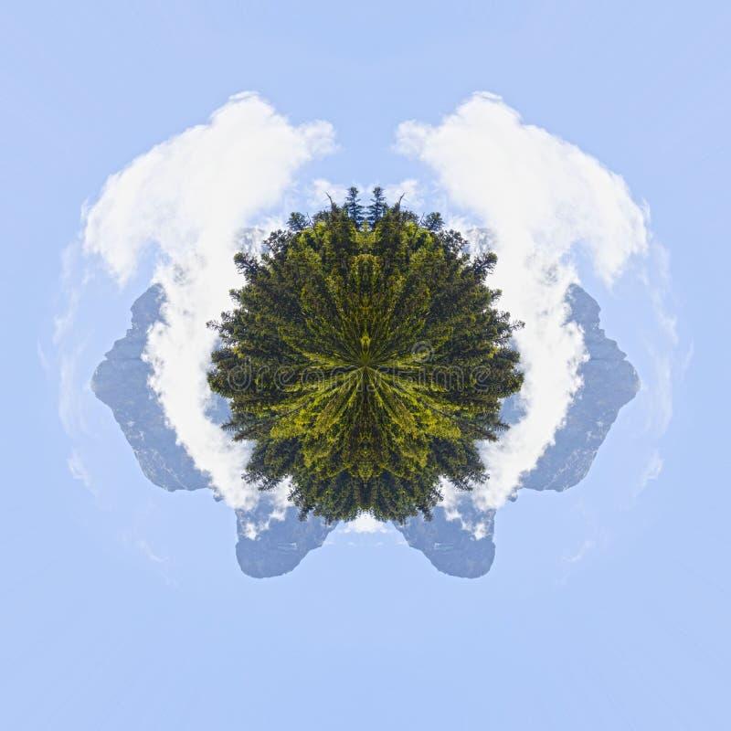 Planeeteffect van Midi D ` Ossau in de ochtend achter pijnboombomen, royalty-vrije stock afbeelding
