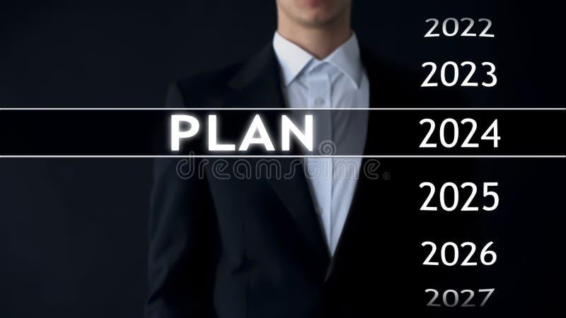 Planeie para 2024, homem de negócios escolhe o arquivo na tela virtual, estratégia startup fotos de stock