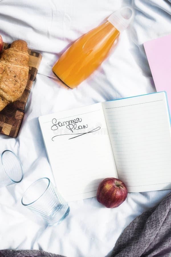 Planeie seus feriado e negócio para o verão em um piquenique fotos de stock