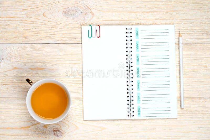 Planejador vazio da semana com o lápis na tabela, conceito da gestão de tempo fotografia de stock royalty free
