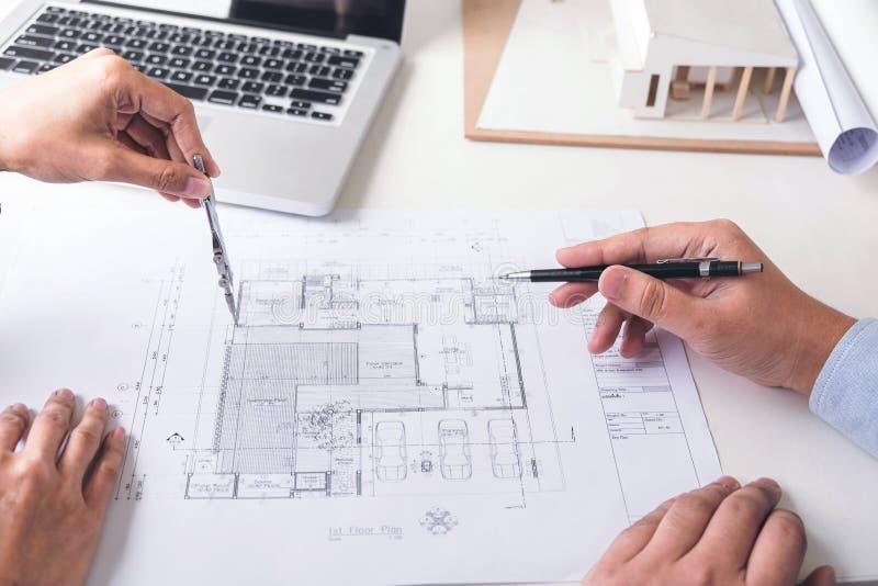 Planejamento ou arquiteto criativo no projeto de construção, Engin fotografia de stock