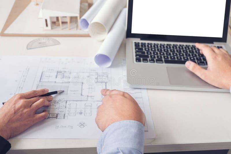 Planejamento ou arquiteto criativo no projeto de construção, Engin fotos de stock royalty free