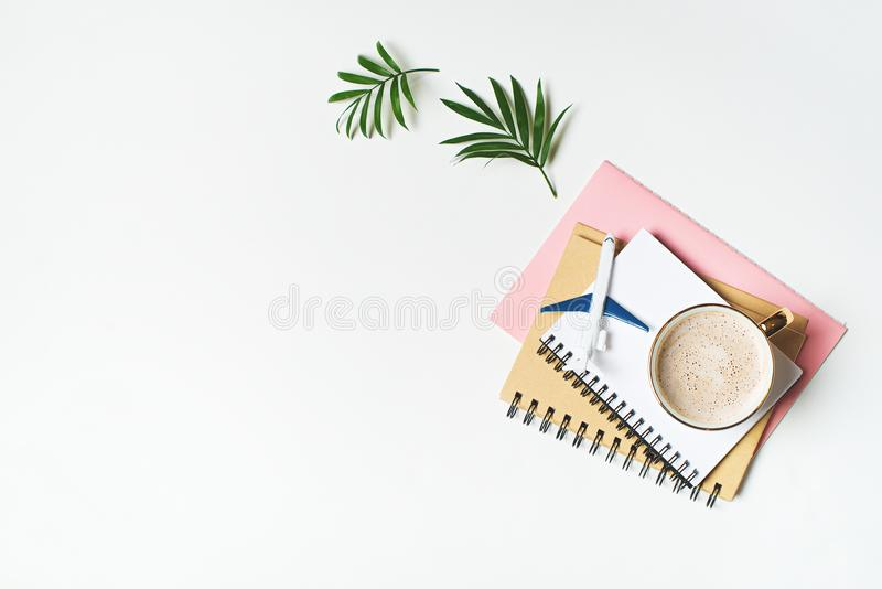 Planejar, projetar e incluir no orçamento da viagem e das férias com caderno e avião no branco imagens de stock