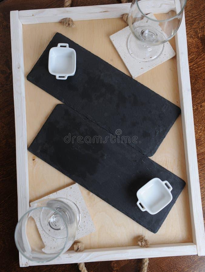 Planen Sie Bretter, weißes Soßenboot, Biergläser Freies Legen auf einen hölzernen Behälter lizenzfreies stockbild