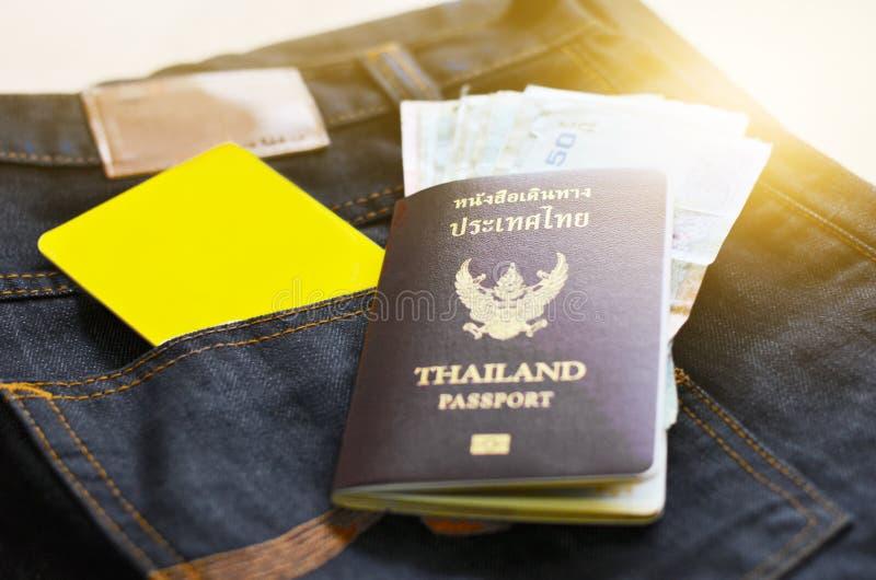 Planen Sie Einsparung für Reise mit Passgeld und -telefon stockbilder