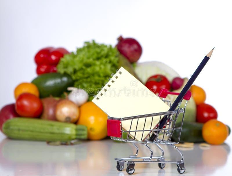 Planen Sie Ihre Einkaufsliste in einem Lebensmittelladen lizenzfreie stockfotografie