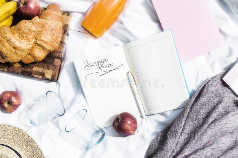 Planen Sie Ihren Feiertag und Geschäft für den Sommer auf einem Picknick stockbilder