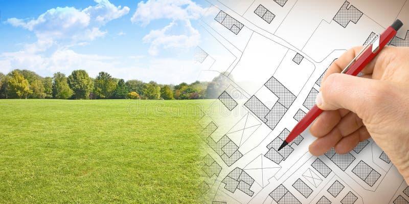 Planera en ny stad - begreppsbild med handen som drar en imagina arkivfoto