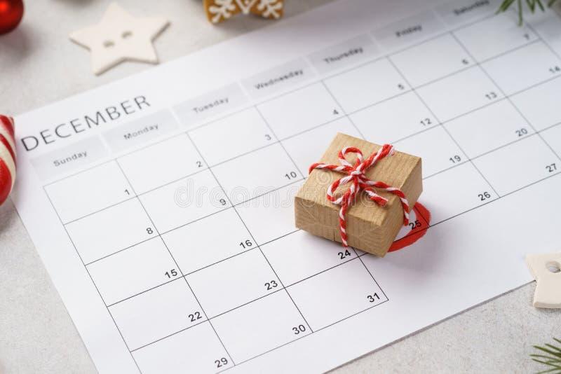 Planerseite mit Weihnachtsgeschenkbox am 25. Dezember lizenzfreies stockfoto