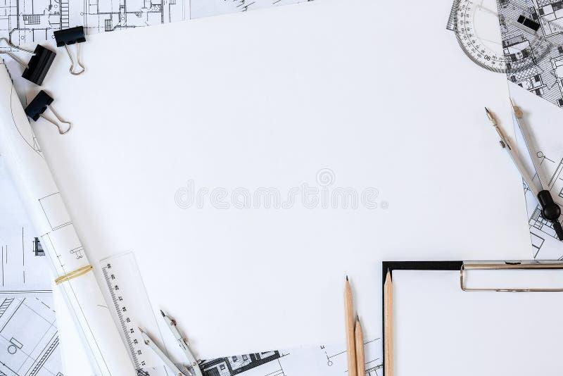 Planes arquitectónicos, lápiz y regla en la tabla Lugar para su texto fotografía de archivo libre de regalías