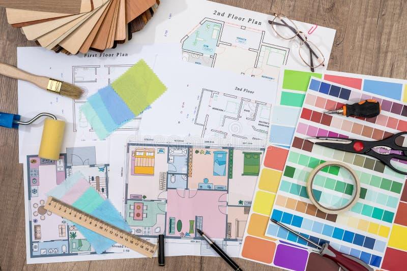 Planes de la construcción con la brocha y la paleta de colores fotos de archivo libres de regalías