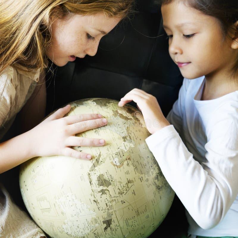 Planet för värld för flickavänner som global lär enhetbegrepp arkivbilder