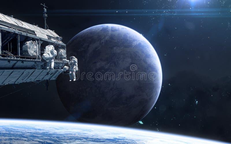 Planet im Weltraum Astronauten, Raumstation Zukunftsromane stockbild