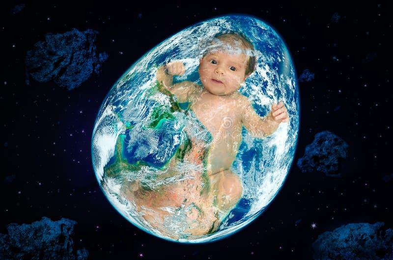 Planeta bajo la forma de huevo con un bebé dentro en espacio exterior imagen de archivo libre de regalías