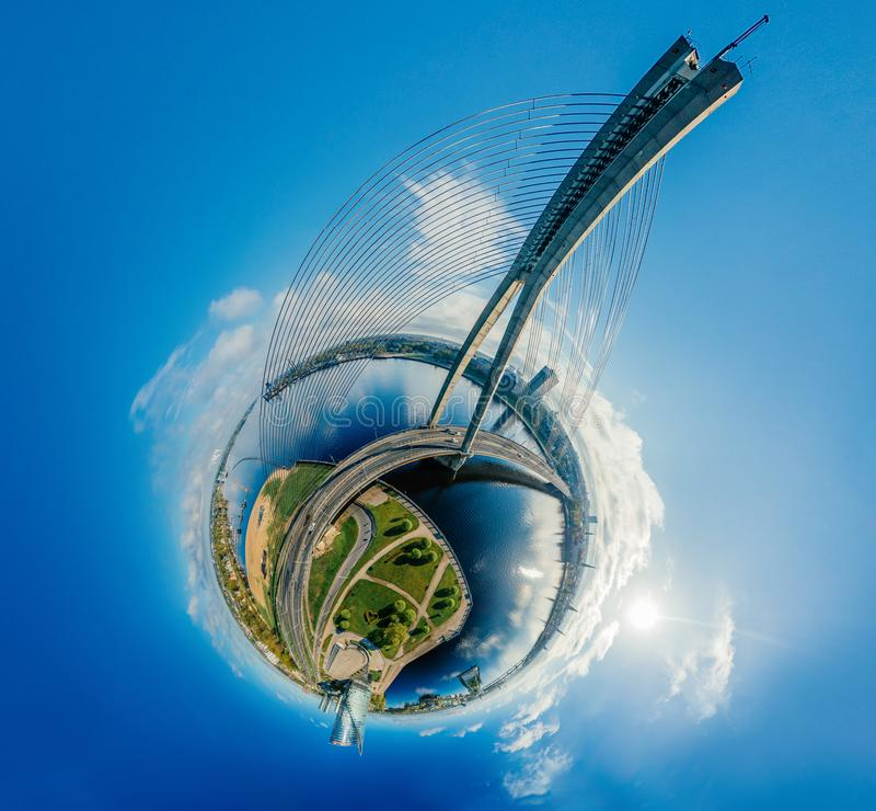 Planeta de la esfera Puente y casas en la ciudad de Riga, imagen del abejón de Letonia 360 VR para la realidad virtual, panorama imagenes de archivo