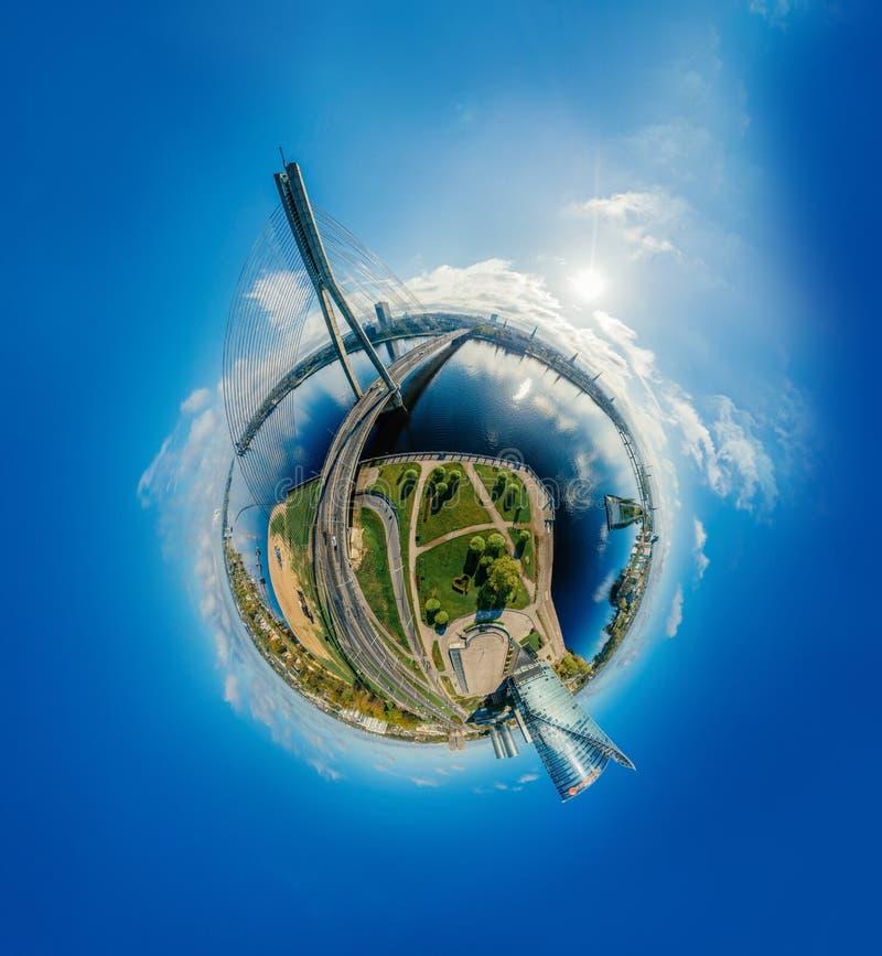 Planeta de la esfera Puente y casas en la ciudad de Riga, imagen del abejón de Letonia 360 VR para la realidad virtual, panorama fotos de archivo libres de regalías
