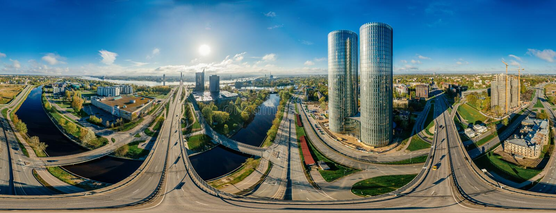 Planeta del abejón Casas en la imagen de aire de la ciudad 360 VR de Riga para la realidad virtual, panorama de las torres fotografía de archivo libre de regalías