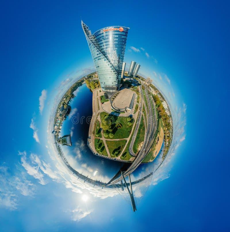 Planeta del abejón de la esfera Casas en la imagen de aire de la ciudad 360 VR de Riga para la realidad virtual, panorama de las  fotos de archivo libres de regalías