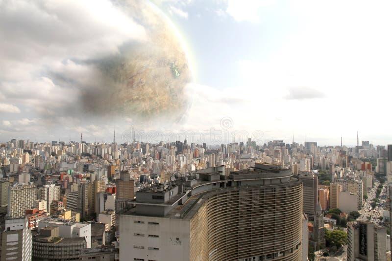 Planeta estrangeiro sobre Sao Paulo ilustração royalty free