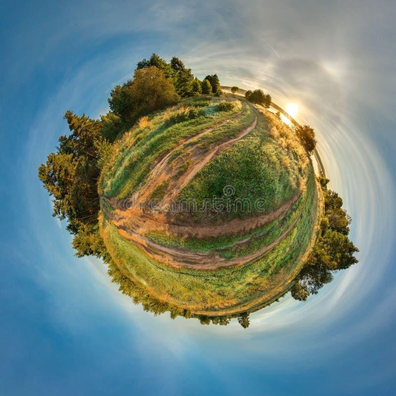 Planeta pequeno verde com árvores e campo Planeta minúsculo com céu azul e sol ângulo de visão 360 fotos de stock