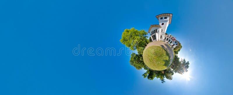 Planeta pequeno verde com árvores, o céu azul macio e a construção Por do sol minúsculo do planeta perto do castelo ângulo de vis fotos de stock