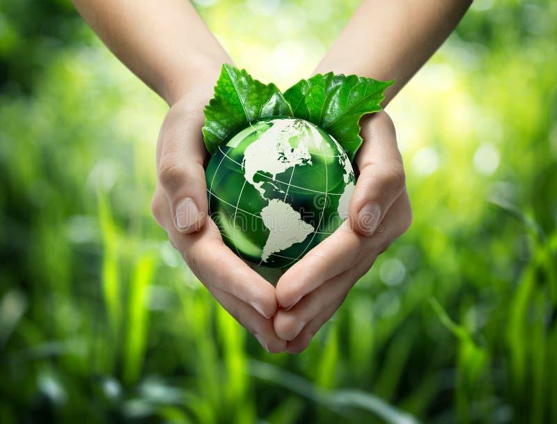 Planeta verde en sus manos del corazón - los E.E.U.U. fotos de archivo