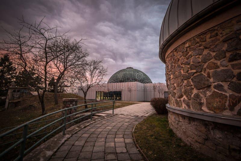 Planetarium und drastischer Himmel stockbild