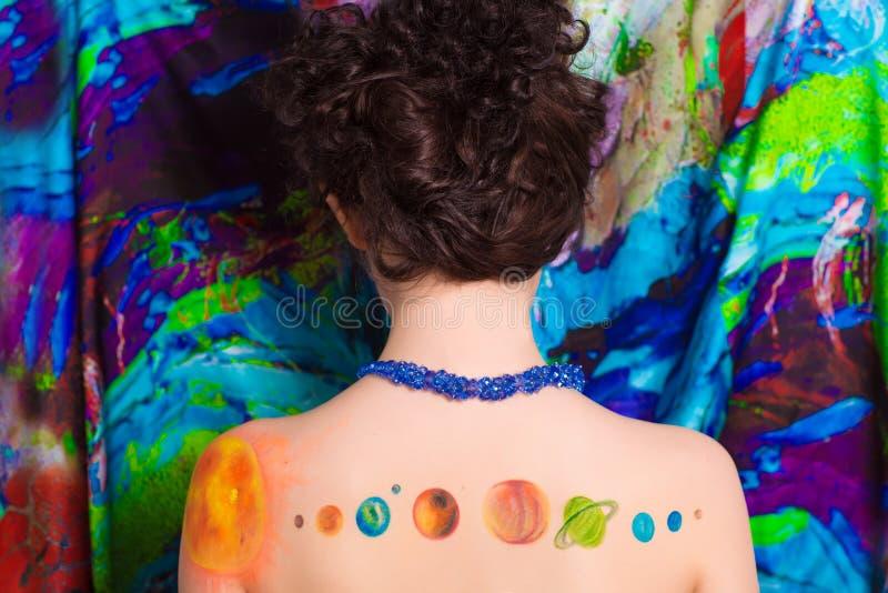 Planetas en la parte posterior de la mujer foto de archivo