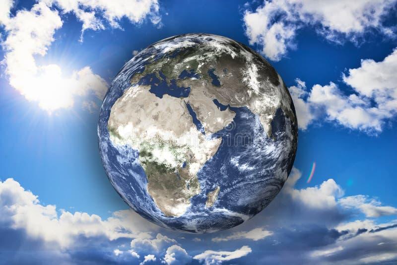 Planetjord av solsystemet på den blåa soliga himlen på bakgrunden royaltyfria foton